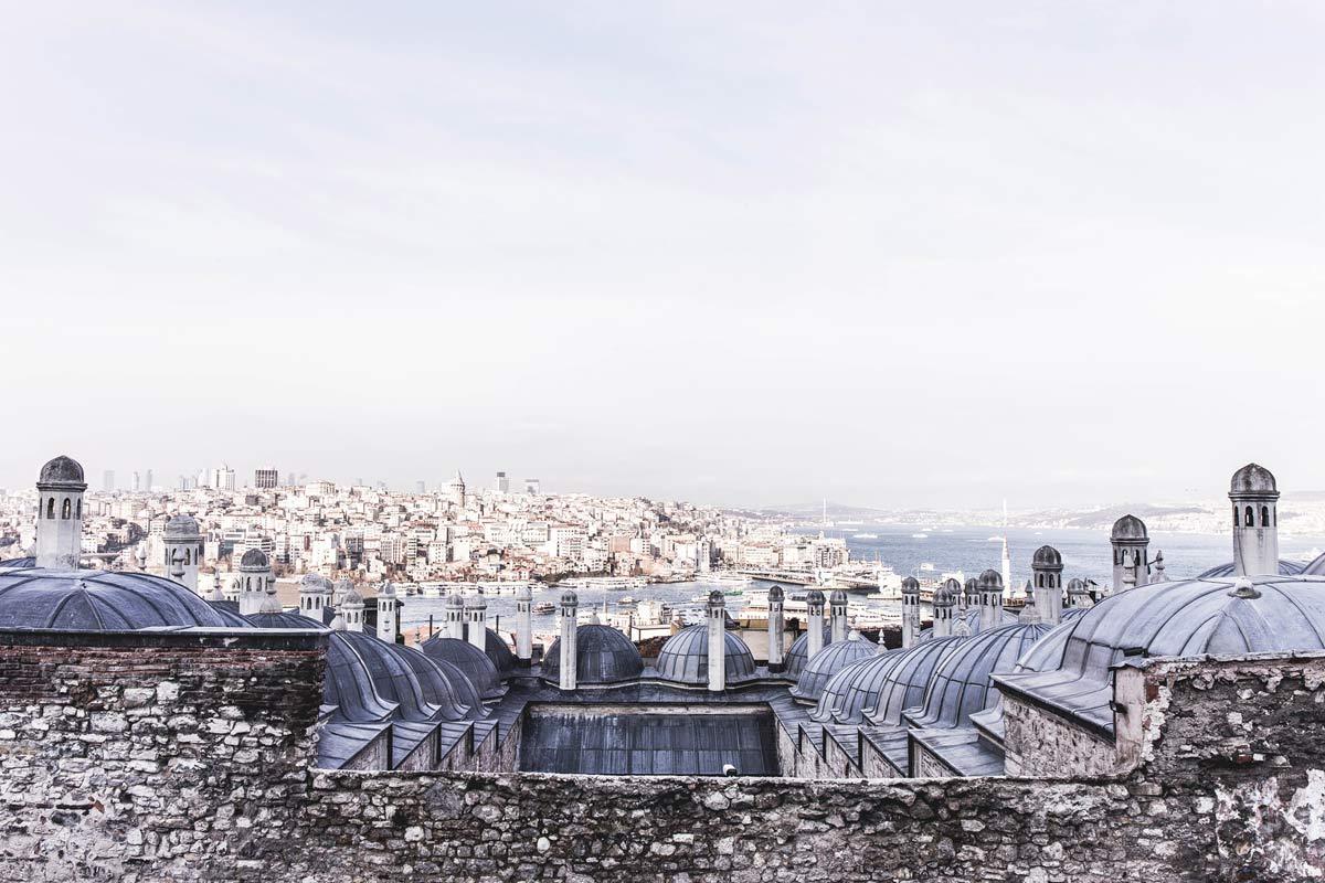 Blick auf den Bosporus und das Stadtviertel Galata von der Fatih-Moschee.
