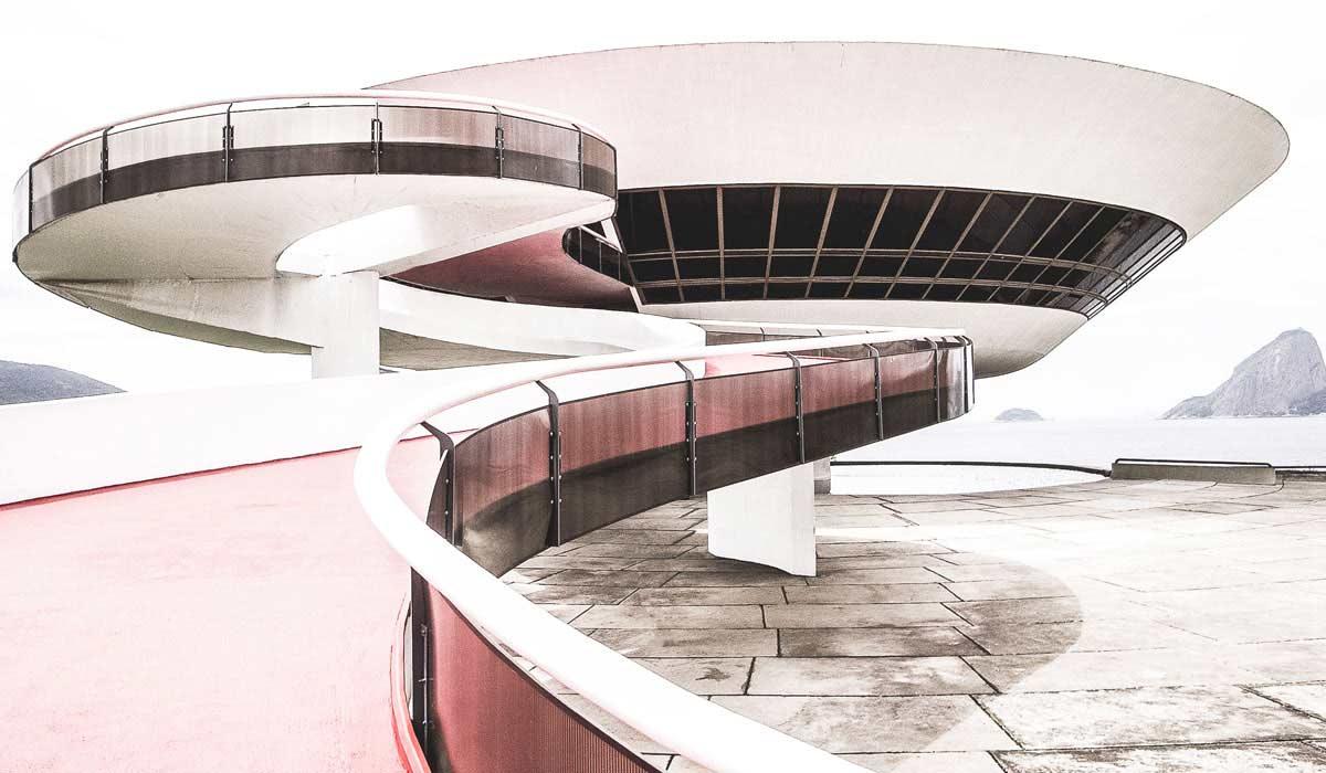 Blick auf das auf den Klippen der Guanabara Bucht stehenden Museums Niterói Contemporary Art Museum.