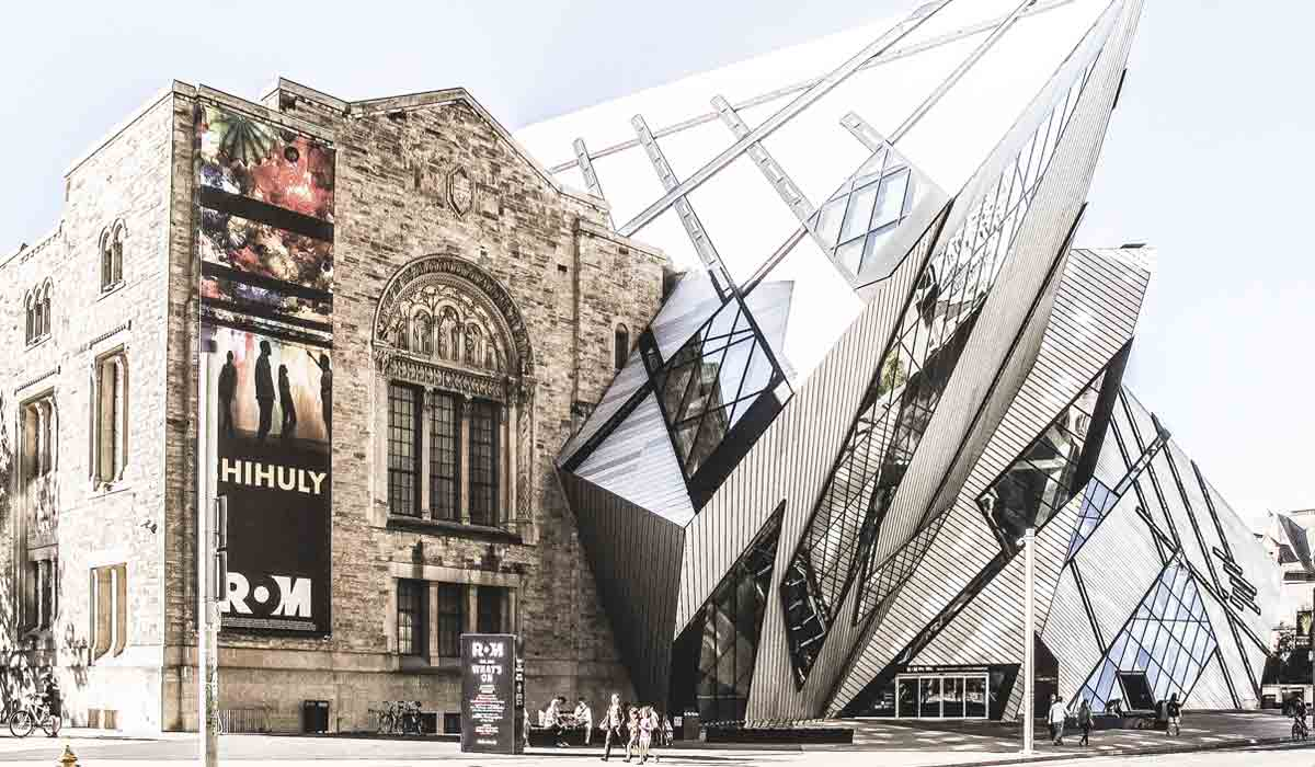 Blick von der Straße auf das Royal Ontario Museum und den von Michael Lee-Chin entworfenen Anbau.