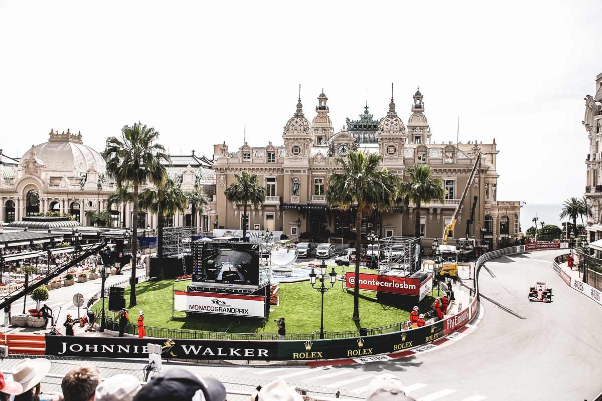 Blick von einer Tribüne auf den Formel 1 Straßenkurs in Monaco.