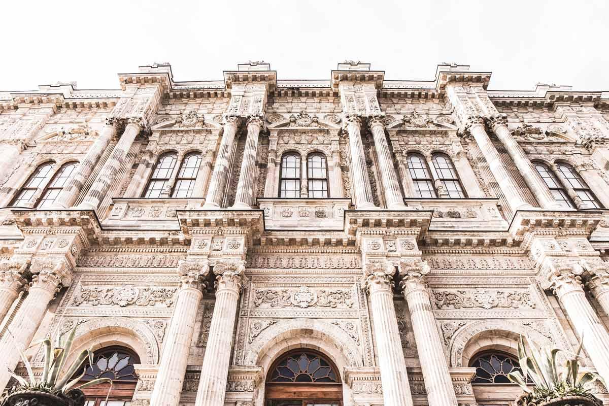 Fassade des Dolmabahce-Palastes, dem größten Palast der Türkei.