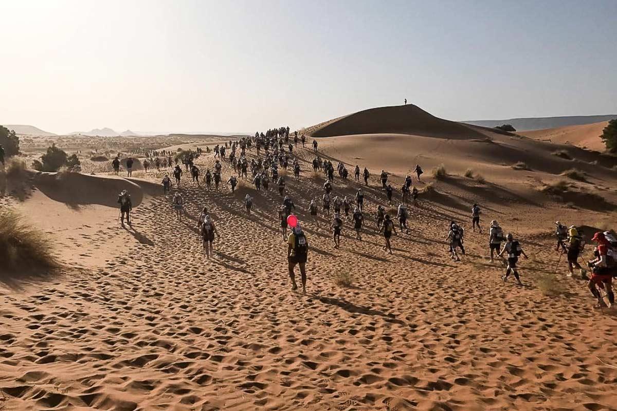 Teilnehmer des Marathon Des Sables beim Lauf durch die Sarah-Wüste