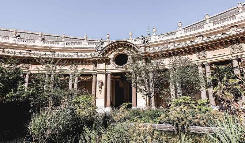 Blick auf die Gärten im Innenhof des Petite Palais.