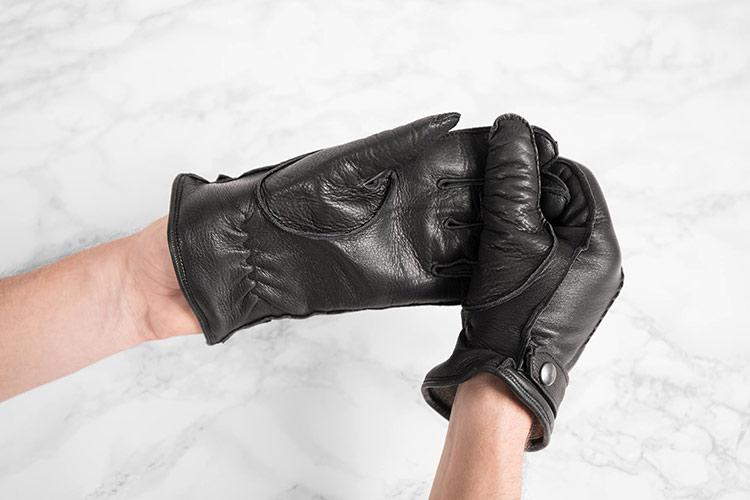 Schwarzer Hirschleder Handschuh wird richtig ausziehen