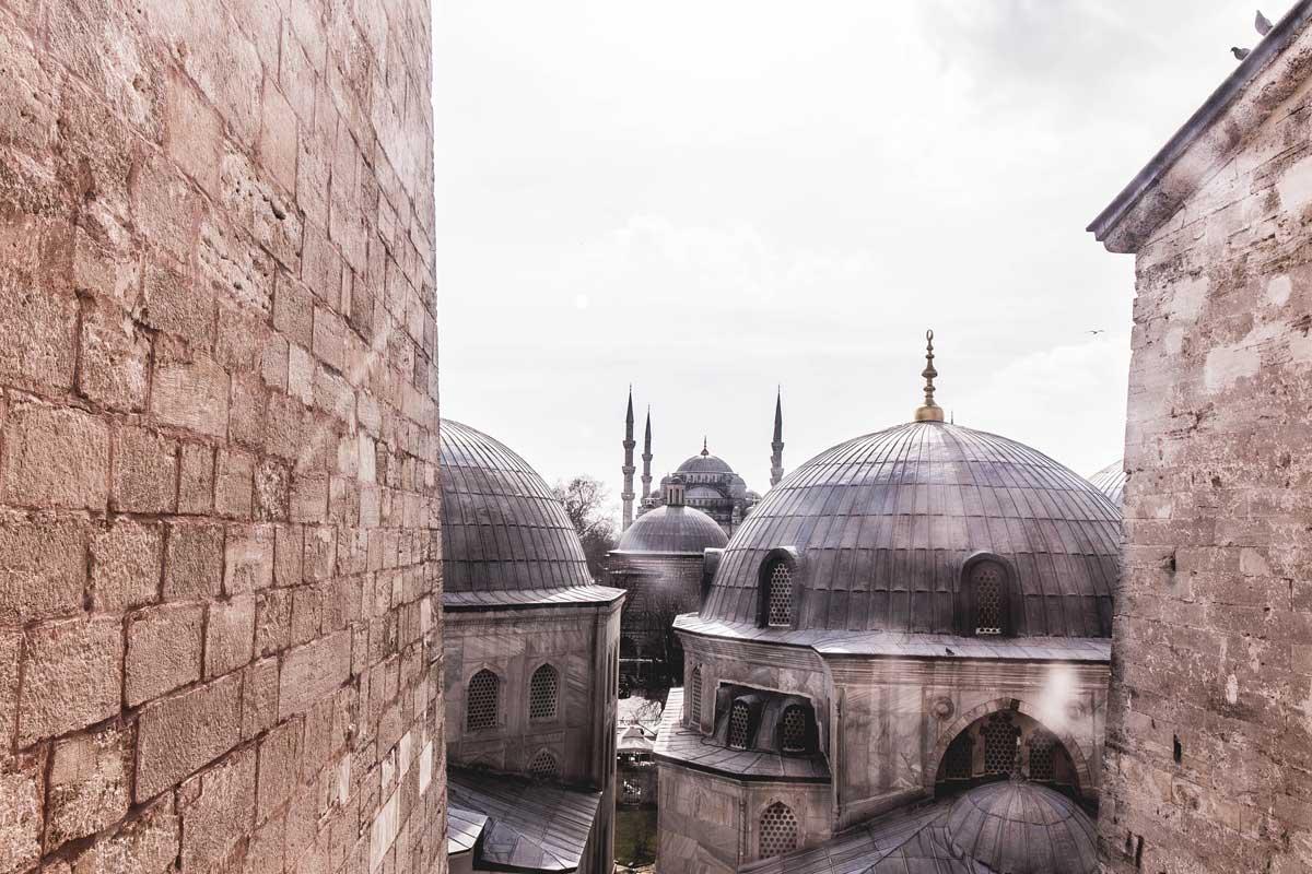 Blick aus dem Fenster der Hagia Sophia auf die 500m entfernte Blaue Moschee in Istanbul, Türkei.
