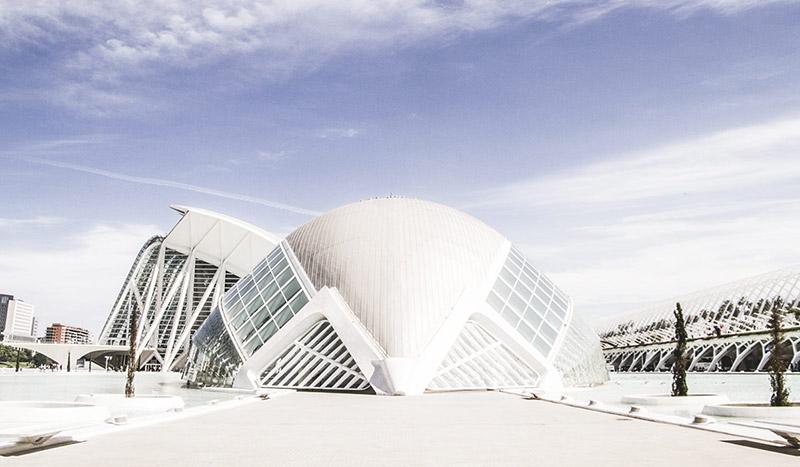 Das von Santiago Calatrava entworfene Gebäude L'Hemisfèric beinhaltet ein Imax Kino, ein Planetarium und ein Laserium.