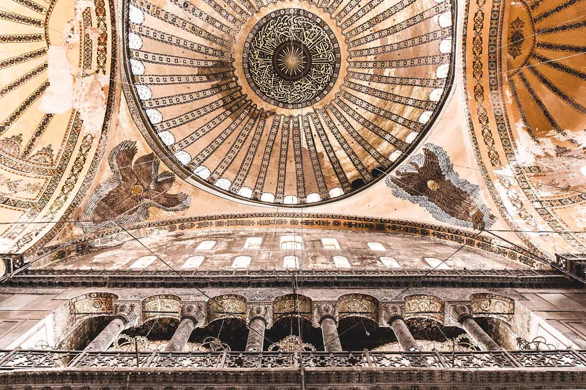 Blick nach oben zur 56m hohen Kuppel der Hagia Sophia mit ihren beeindruckenden Deckenverzierungen.