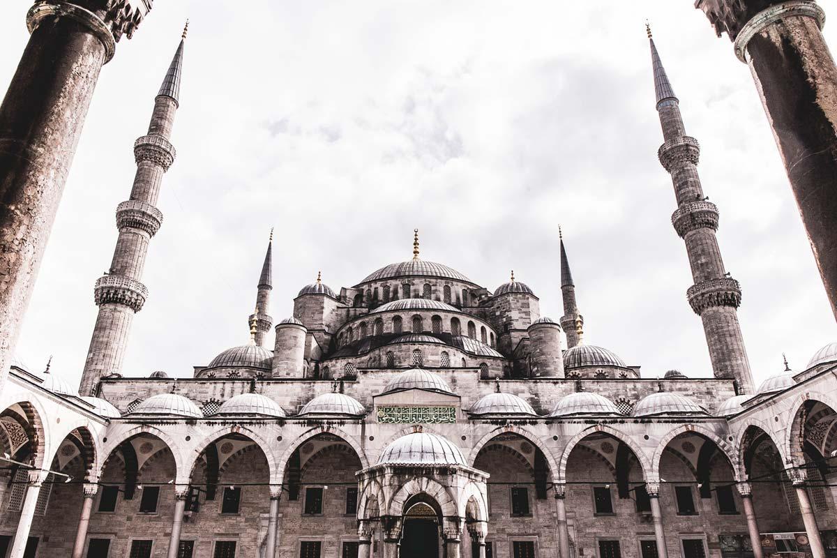 Innenraum der im Jahre 1616 von Sultan Ahmed I erbauten Blauen Moschee.
