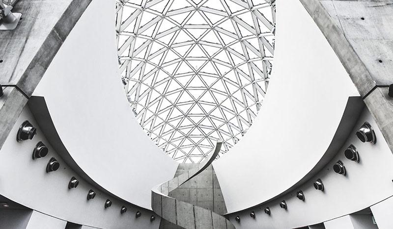 Blick auf die von Yann Aymouth entworfene Glaskuppel des Salvador Dali Museums.