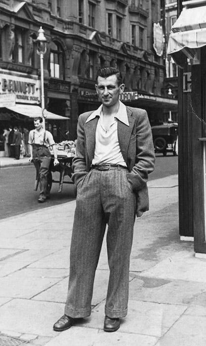 Bild eines Mannes aus den 1950er Jahren, der einen Gürtel trägt.