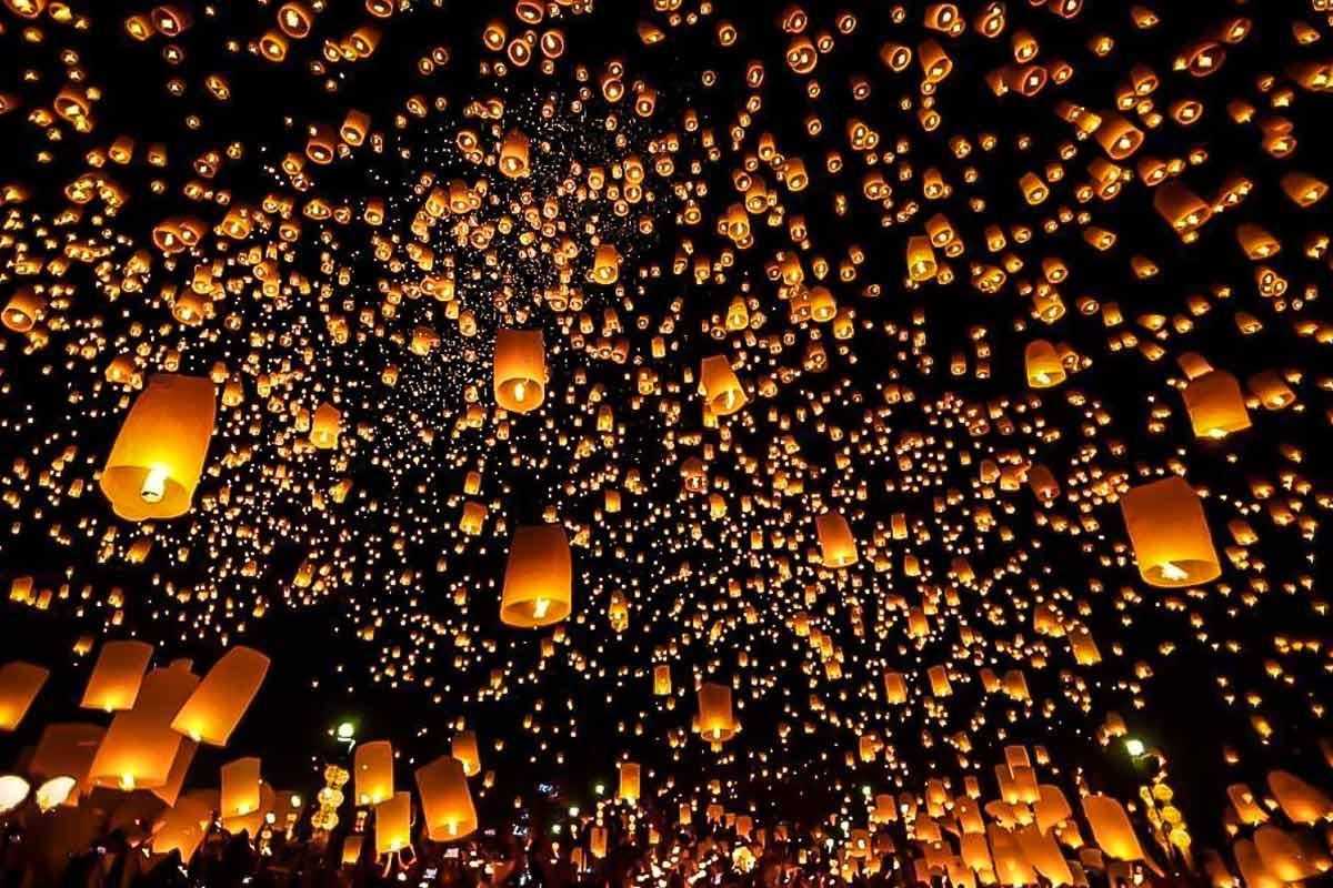 Aufstieg tausender Laternen für das Ping Lantern Festival in Chiang Mai, Thailand.