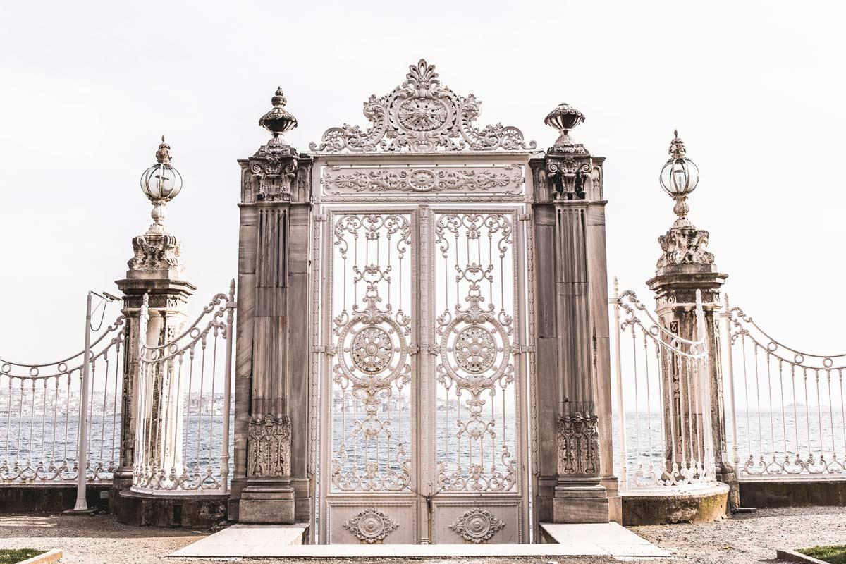 Tor zum Bosporus am Dolmabahce Palast mit Blick auf die asiatische Seite Istanbuls.